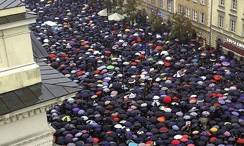 Blackprotest a Varsavia: l'utero è mio, e se fosse possibile, lo vorrei gestire io